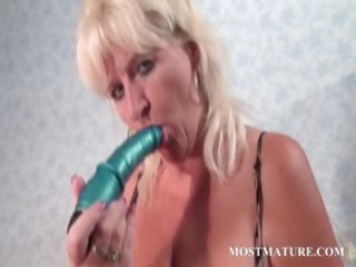 mature doxy pleasures muff with sex-toy