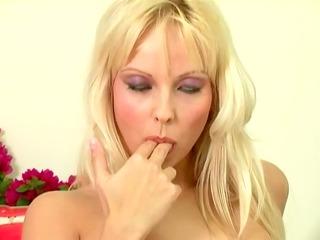 golden-haired honey jana cova masturbates in