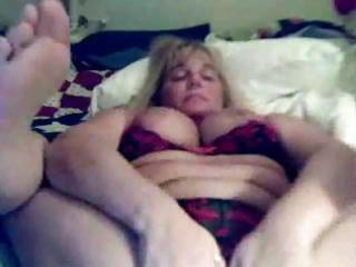supple mature masturbates on livecam